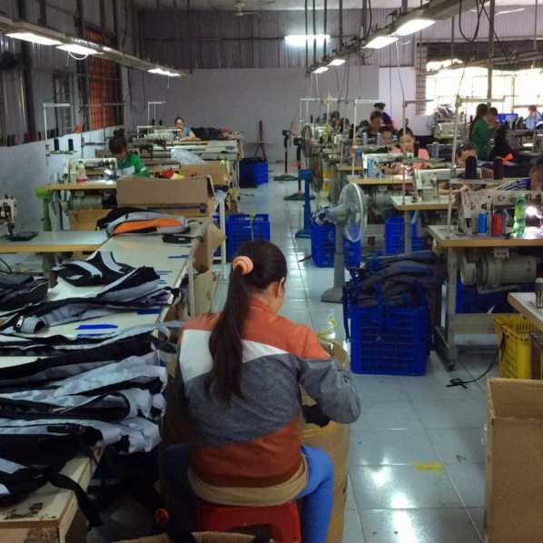 Chọn xưởng may uy tín để đặt may balo túi xách theo yêu cầu
