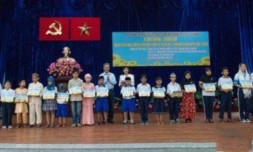Balo quà tặng cho học sinh thành phố HCM, món quà ý nghĩa của phó thủ tướng Trương Hòa Bình