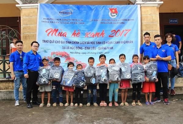 Ấm lòng hình ảnh các tình nguyện viên tặng balo cho các em học sinh nghèo